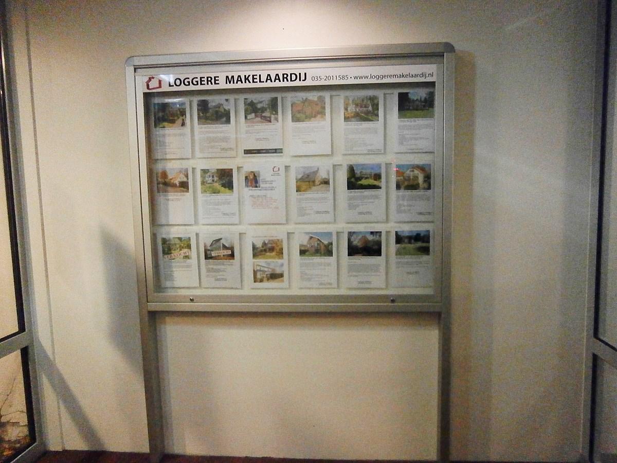 Vitrinekast voor Loggere Makelaardij in Naarden