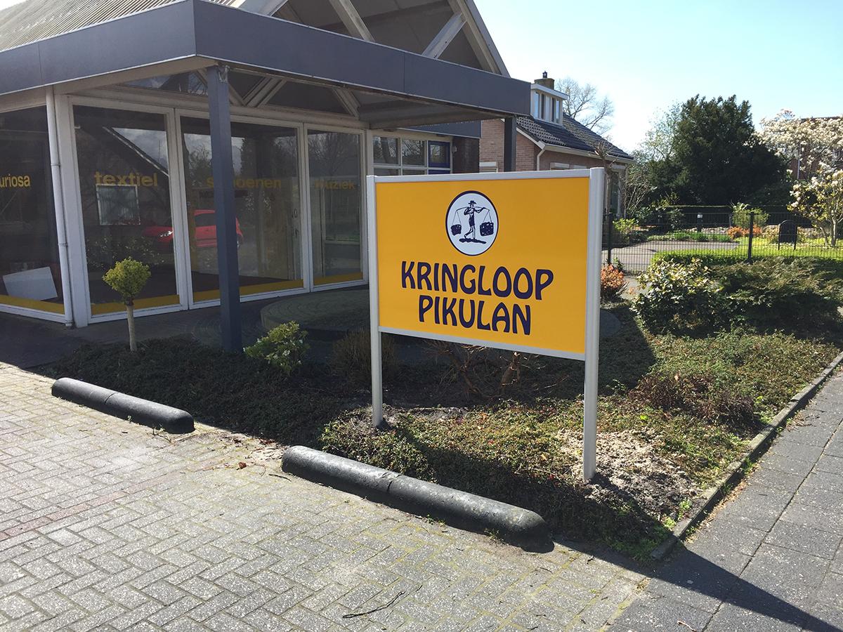 Onverlichte aluminium reclamezuil Kringloop Pikulan Surhuisterveen