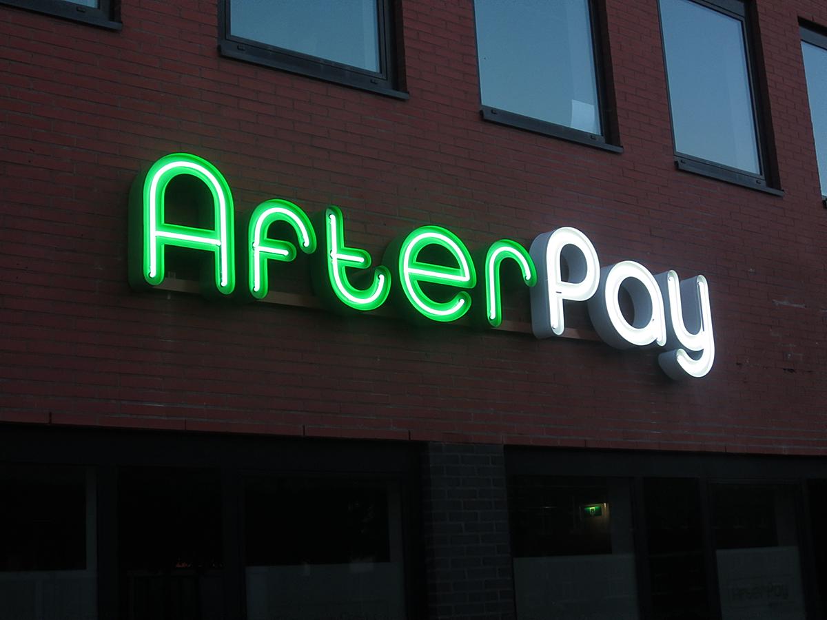 Neon lichtreclame verlichte doosletters voor Arvato Bertelsmann en Afterpay in Heerenveen Friesland