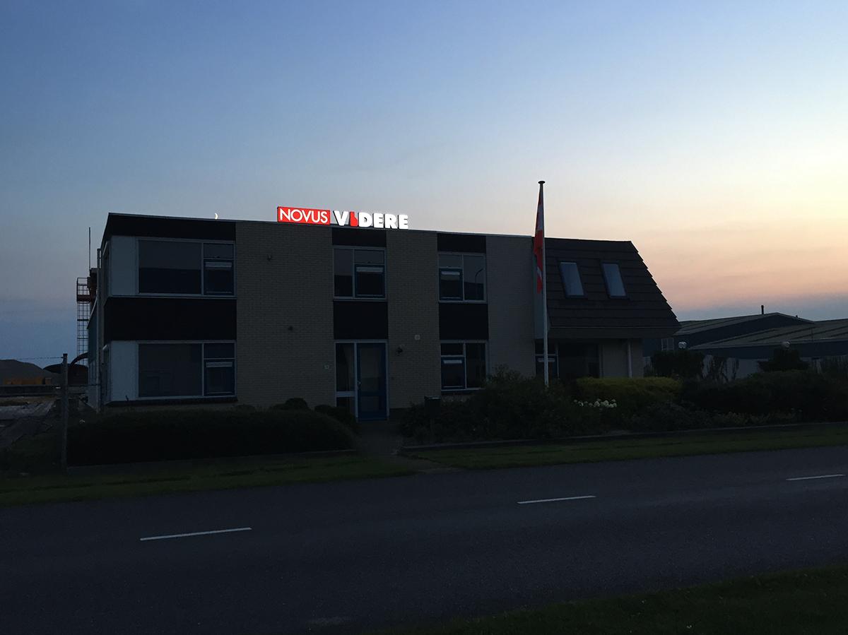 Duurzame LED lichtreclame, losse doosletters Novus Videre (Het nieuwe zien) Heerenveen, Friesland, dochterbedrijf van Van Wijnen