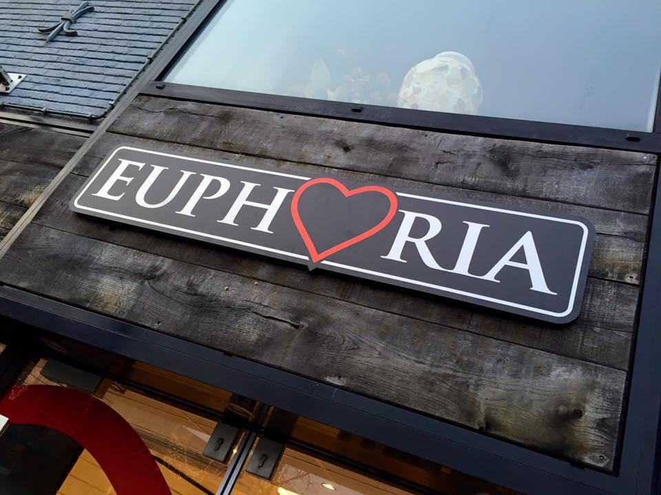 Raamfolie, RVS look bord en lichtbak platen Euphoria Heerenveen Friesland