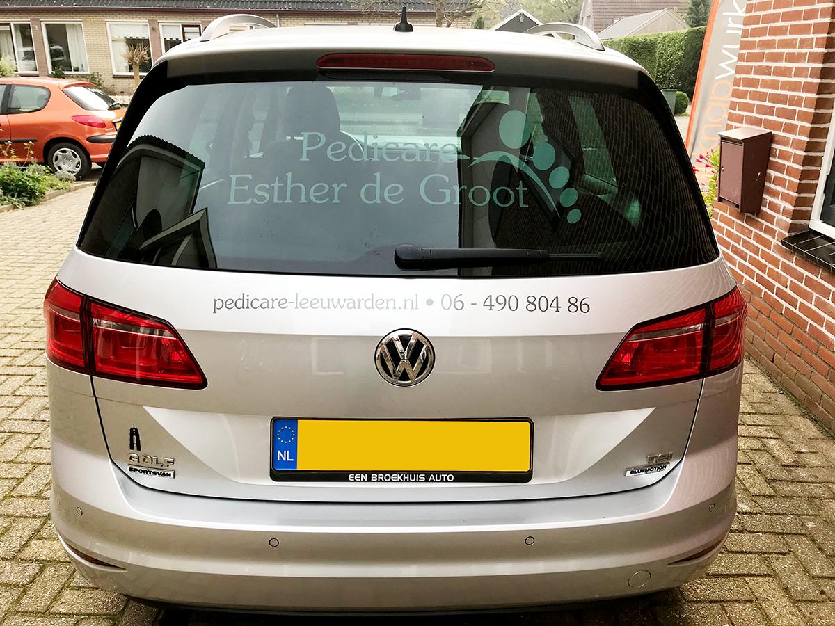 belettering-sticker-folie-reclame-achterraam-auto-VW-Golf-Sportsfan-Pedicare-Esther-de-Groot-Leeuwarden-Friesland