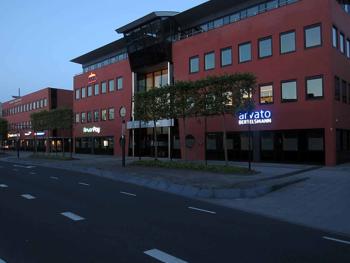 1neon verlichte letters reclame doosletters afterpay arvato bertelsmann heerenveen friesland