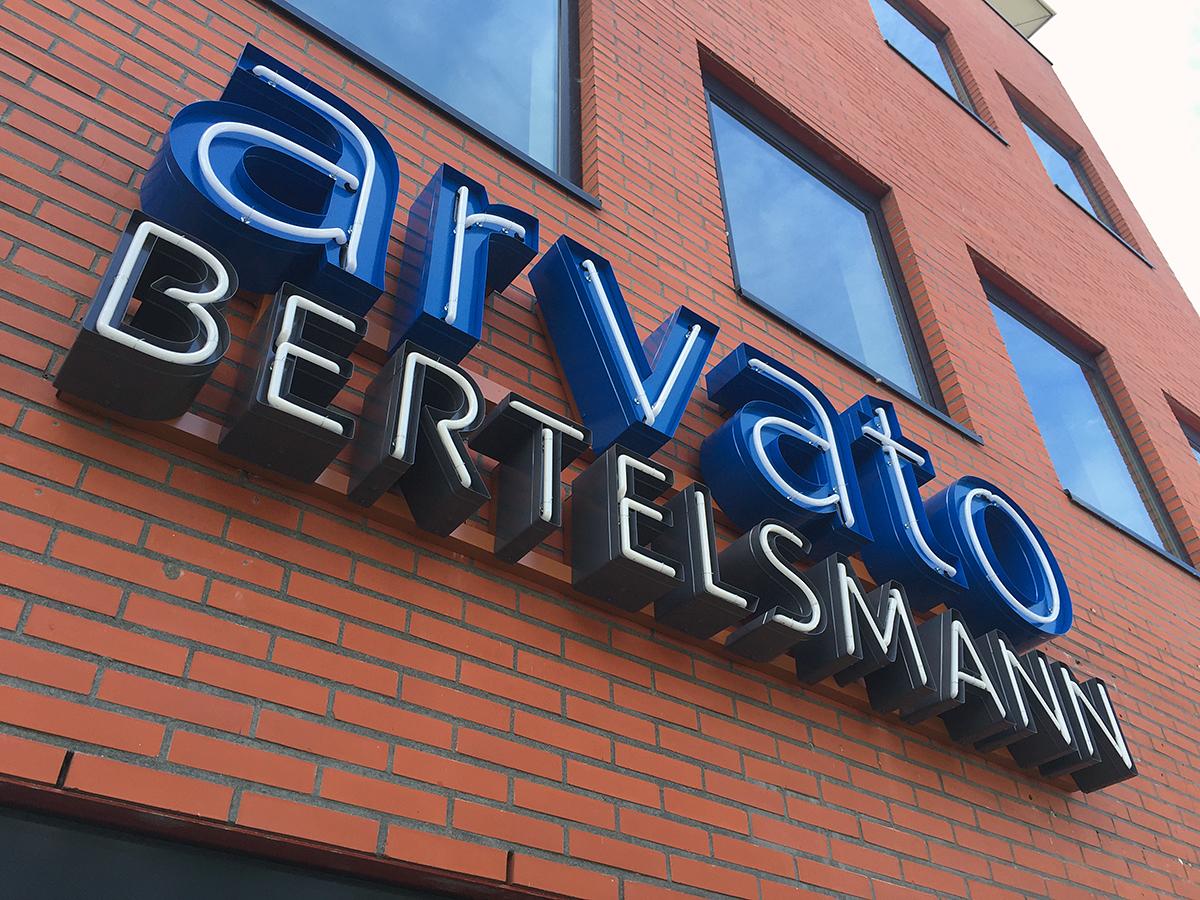 2neon verlichte letters gevelreclame doosletters arvato bertelsmann heerenveen burgum leeuwarden friesland