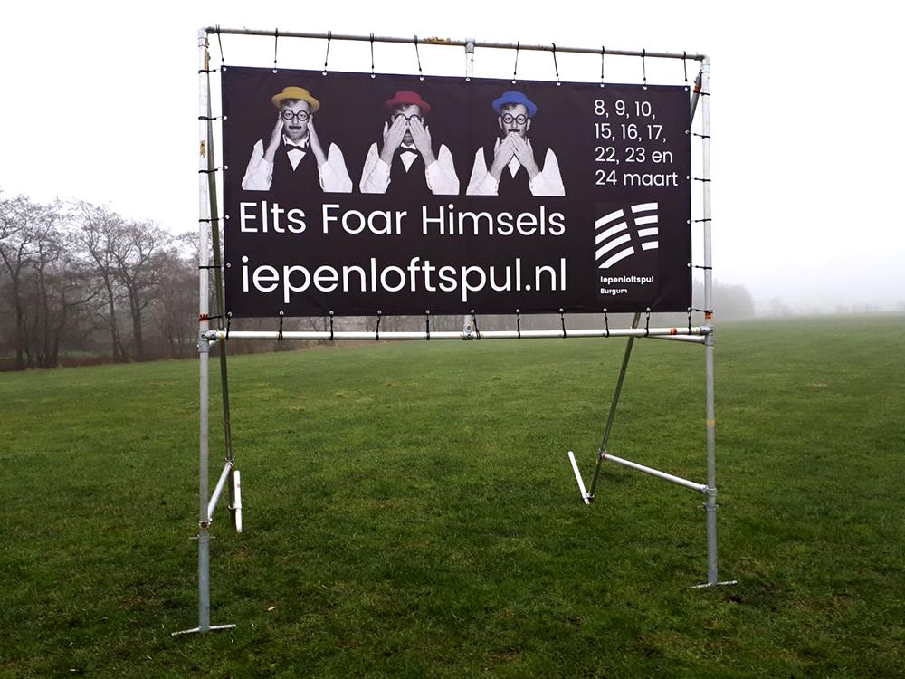 staand-spandoek-frame-buizen-doek-banner-iepenloftspul-burgum-friesland