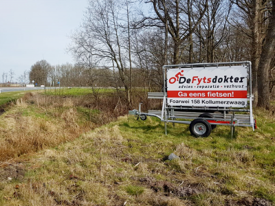 spandoek-in-frame-op-kar-weg-kollumerzwaag-friesland