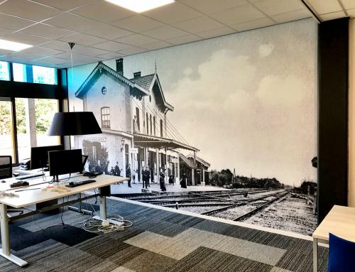 airtex-fotobehang-op-muur-treinstation-oude-foto-ansichtkaart-prentkaart-vergroot-Burgum-Feanwalden-Friesland