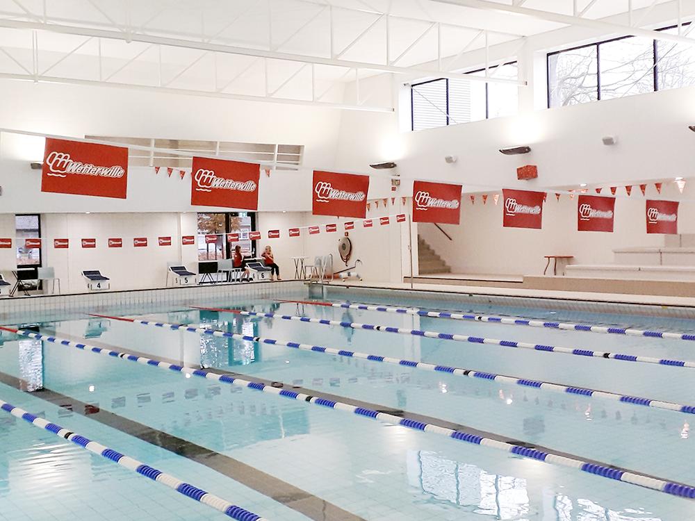 vlaggenlijn-vlaggetjes-aan-touw-koord-lint-draad-zwemclub-wetterwille-burgum-friesland
