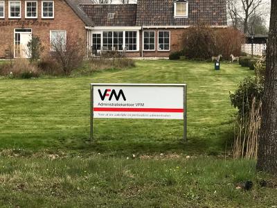 RVS-geslepen-glans-spiegel-reclamezuil-met-bord-logo-administratiekantoor-vfm-wyckel-friesland