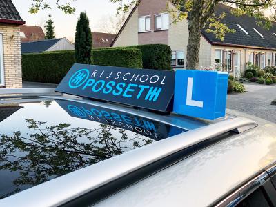 belettering-logo-folie-naam-logo-sticker-dakbord-lesauto-posseth-rijschool-franeker-friesland