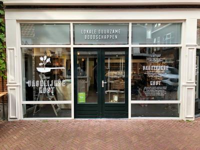 logo-sticker-letters-raamfolie-dagelijkse-kost-nieuwe-oosterstraat-leeuwarden-friesland