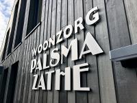 8mm-acrylox-met-geborsteld-RVS-logo-en-letters-voor-woonzorg-palsma-zathe-leeuwarden-friesland 2