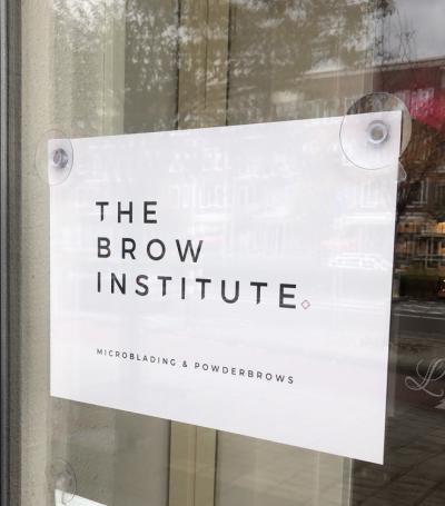 bordje-raam-zuignappen-logo-reclame-afbeelding-the-brow-institute-amsterdam
