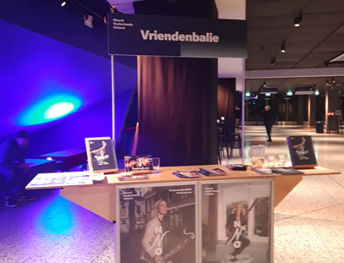 bord-banner-met-inwendige-constructie-op-palen-stokken-vriendenkar-noord-nederlands-orkest-nno-groningen